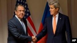 Ngoại trưởng Mỹ John Kerry bắt tay Ngoại trưởng Nga Sergey Lavrov trước cuộc họp về Syria tại Zurich, Thụy Sĩ, ngày 20/1/2016.
