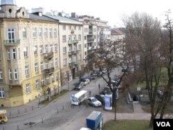 共产主义标志应全部从波兰街头消失。波兰旧都和第二大城市克拉科夫街头。(美国之音白桦拍摄)