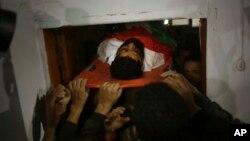រូបឯកសារ៖ ក្រុមអ្នកកាន់ទុក្ខប៉ាឡេស្ទីនលើកសាកសពសកម្មជន Ibrahim Abu Thraya កាលពីថ្ងៃទី១៦ ខែធ្នូ។ លោកត្រូវបានបាញ់សម្លាប់នៅក្នុងការប៉ះទង្គិចគ្នាជាមួយអ៊ីស្រាអែល នៅតំបន់ Gaza។