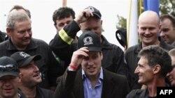 Hoàng tử William (giữa) và các thành viên đội cứu hộ ở Christchurch, New Zealand, ngày 17 Tháng 3, 2011