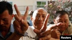 Ông Mam Sonando (giữa) được đưa đến tòa phúc thẩm ở Phnom Penh, 5/3/23