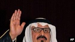 沙特王储苏尔坦.本.阿卜杜勒-阿齐兹因在2007年10月15日在沙特东部视察安全部队。