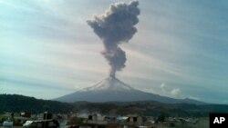 Gunung berapi Popocatepetl di Meksiko City menyemburkan abu vulkanik (foto: dok).