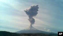 El volcán Popocatepetl volvió a hacer erupción.