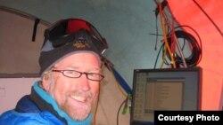 Tyler Scott surveille les données de température en temps réel à partir de câbles à fibres optiques . Crédit: Victor Zagorodov