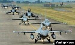 22일 한국 공군의 소링이글(Soaring Eagle) 훈련이 진행되고 있는 공군 29전술개발훈련비행전대 활주로에서 F-15K, KF-16, F-4E, FA-50 등 참가 전투기들이 대규모 출격을 위해 지상 활주를 하고 있다.
