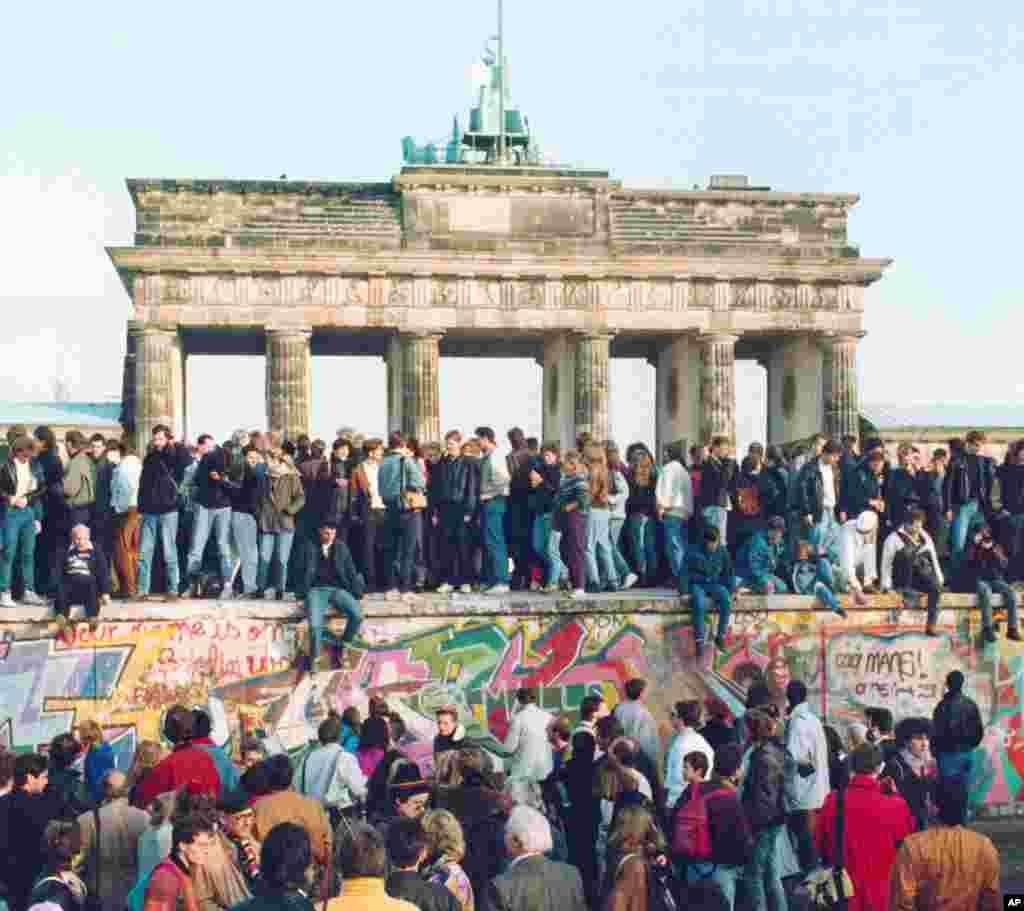 سال ۱۹۸۹ و فروپاشی دیوار در مقابل دروازه براندنبورگ