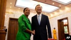 Cố vấn An ninh Mỹ Susan Rice (trái) bắt tay với nhà ngoại giao hàng đầu TQ Dương Khiết Trì trong cuộc gặp tại Bắc Kinh ngày 28/8/2015.