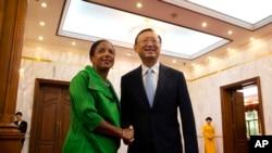 Penasihat keamanan nasional AS Susan Rice (kiri) berjabat tangan dengan diplomat China Yang Jiechi di Beijing, China (28/8).