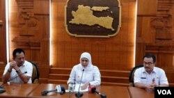 Gubernur Jawa Timur Khofifah Indar Parawansa (tengah) meminta pengurangan jam operasional tempat hiburan setelah jumlah pasien positif corona meningkat(VOA/Petrus Riski).