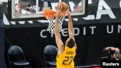 Rudy Gobert du Utah Jazz marque contre les Charlotte Hornets, USA, le 22 février 2021.
