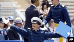 Un cadete no identificado reacciona feliz luego de recibir su diploma de manos del presidente Obama, en la academia de la fuerza aérea de Estados Unidos, en Colorado.