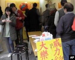 台北民众排队买彩票希望中方2亿大乐透