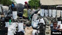 Des vendeuses de charbon de bois en Zambie (Reuters)