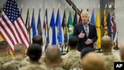 1일, 아프가니스탄의 바그람 기지를 방문한 척 헤이글 미 국방장관이 현지 주둔 미군 병사들에게 연설하고 있다.