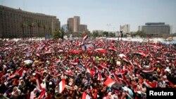 Para penentang Presiden Mohamed Morsi memadati lapangan Tahrir di Kairo hari Minggu (30/6).