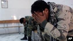 利比亞兩名反政府軍士兵星期四聽到戰友犧牲時的反應