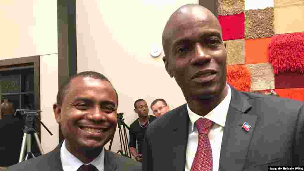 El presidente electo de Jovenel Moïse (derecha) junto a Rotchild Francois Junior, exministro de Comunicación.