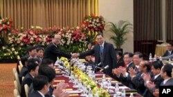 高孔廉(右)和郑立中(左)握手致意