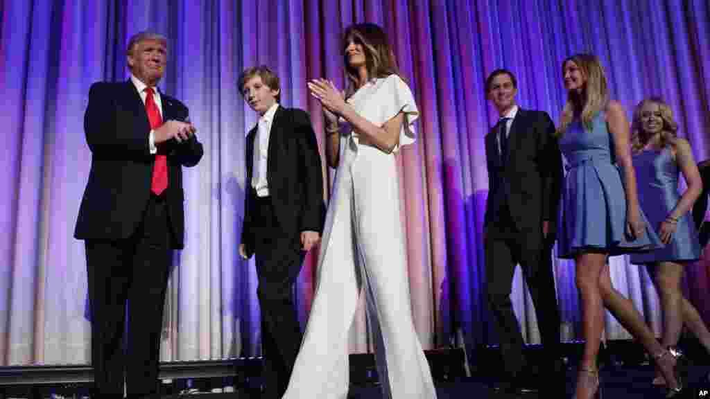 Le président Donald Trump monte sur la scène avec son fils Barron, son épouse Melania, au centre, son beau-fils Jared Kushner, troisième à droite, et ses filles Ivanka Trump et Tiffany Trump lors de la soirée électorale, à New York, 9 novembre 2016.