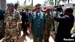 Le chef des forces armées de Guinée-Bissau, le général Antonio Indjai, au centre, quitte une réunion diplomatique de haut niveau à la présidence, dans la capitale Bissau, le 7 novembre 2012.