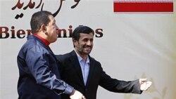 محمود احمدی نژاد در حال استقبال از هوگو چاوز در تهران - ۱۹ اکتبر ۲۰۱۰