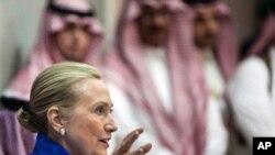 ທ່ານນາງຮີນລາຣີ ຄລິນຕັນ ລັດຖະມົນຕີການຕ່າງປະເທດສະຫະລັດ ທີ່ກອງປະຊຸມກອງປະຊຸມ GCC ທີ່ນະຄອນ Riyadh , Saudi Arabia. ວັນທີ 1 ເມສາ 2012.
