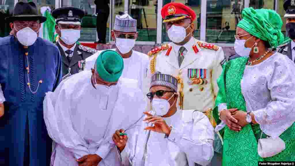 Shugaba Muhammadu Buhari, matarsa Aisha Buhari, da tsohon shugaban kasa Goodluck Jonathan a wurin taron
