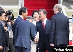 문재인 한국 대통령과 부인 김정숙 여사가 미국 뉴욕에서 열리는 제72차 유엔총회에 참석하기 위해 18일 오후 성남 서울공항에서 출국하기 전 환송객들과 인사하고 있다.