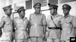 Manjo-janar Aguiyi-Ironsi tare da gwamnonin da ya nada a larduna hudu na Najeriya. (hagu zuwa dama) Manjo Hassan Usman Katsina; sai leftana-kanar F. A. Fajudi; leftana-kanar Odumegwu Ojukwu; da leftana-kanar D. A. Ejoor