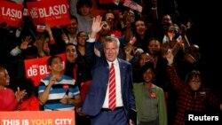 Bill de Blasio seçim zaferini seçmenleriyle kutlarken