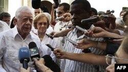 Cựu Tổng thống Hoa Kỳ Jimmy Carter, trái, trả lời phóng viên ở Cuba, 29/3/2011