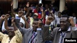 Anggota partai merayakan pemecatan Presiden Zimbabwe Robert Mugabe sebagai ketua partai ZANU-PF's di Harare, Zimbabwe, 19 November 2017.