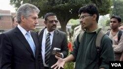 Mantan Menlu Australia Stephen Smith berbicara dengan mahasiswa India dalam kunjungannya ke St Stephen Cellege, di New Delhi. Ia berjanji akan mengusut tuntas penganiayaan mahasiswa asal India di Australia (foto: dok).