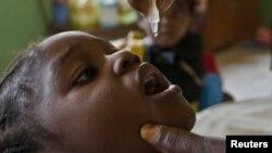 Ana diga ma wata yarinya maganin rigakafin Polio a Abuja, babban birnin tarayyar Najeriya a 2010