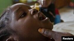 Wata ma'aikaciyar kiwon lafiya tana diga ma yarinya maganin rigakafin Polio a wata makaranta a Abuja, babban birnin Najeriya