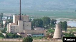 지난 2008년 6월 냉각탑(오른쪽) 폭파를 앞두고 북한이 공개한 영변 핵 시설. (자료사진)