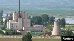 지난 2008년 6월 냉각탑(오른쪽) 폭파를 앞두고 촬영한 북한 영변 핵 시설. (자료사진)