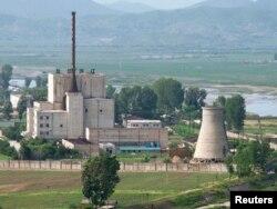 지난 2008년 6월 촬영한 북한 영변의 핵 시설. 당시 북한은 6자회담에서 이뤄진 합의에 따라 오른쪽 깔대기 모양의 냉각탑을 폭파했고, 미국은 비핵화 의지를 보여준 것이라고 평가했었다.