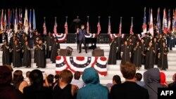 Легендарный американский певец Бэрри Манилоу (в центре) на репетиции праздничного концерта к Дню независимости в Вашингтоне. США. 3 июля 2015 г.