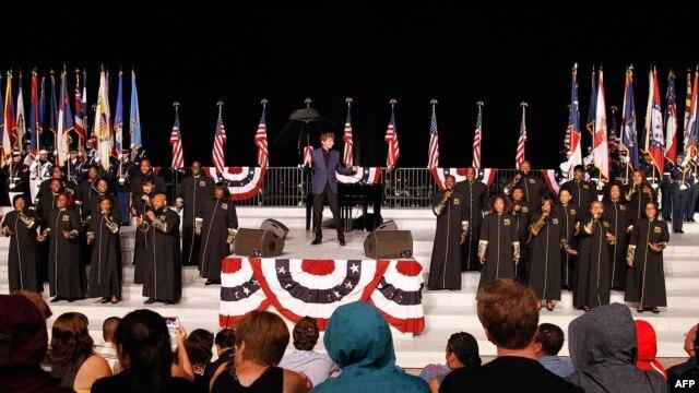 Huyền thoại âm nhạc Barry Manilow diễn tập cho buổi hoà nhạc mừng Lễ Độc Lập ở Thủ đô Washington, 3/7/2015.