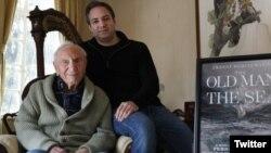 آقای «اِی ای هاچنر» به همراه پسرش