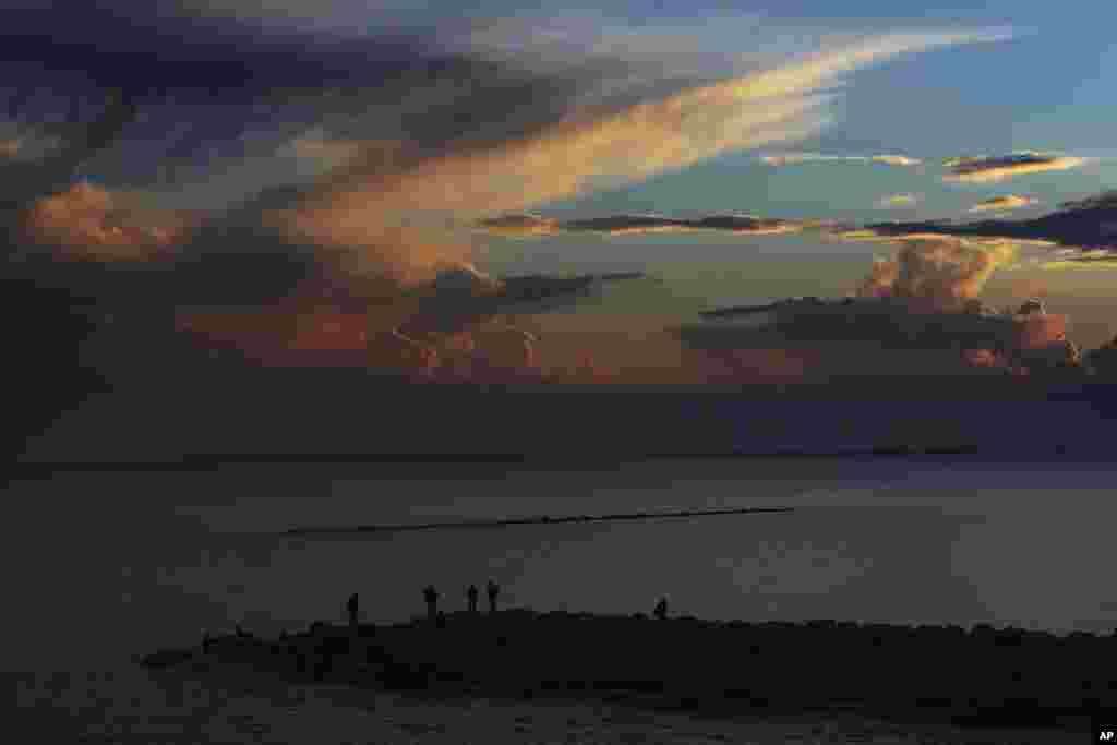 ماهیگیری به هنگام غروب آفتاب در شهر بندری لیماسول قبرس