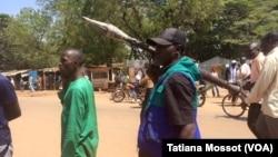 Des échanges de tirs nourris ont été entendus au PK5, pour empêcher certains musulmans et habitants du quartier de voter. (VOA Afrique/Tatiana Mossot)
