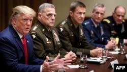 资料照:特朗普总统与参谋长联席会议主席米利将军以及其他军方将领。