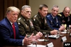资料照片:特朗普总统与参谋长联席会议主席米利将军以及其他军方将领。(2019年10月7日)