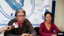 Pablo Cuevas (der.), miembro de la Comisión Permanente de Derechos Humanos de Nicaragua, habla sobre el plan de reconciliación presentado por el gobierno del presidente Daniel Ortega. Foto: Daliana Ocaña, VOA.