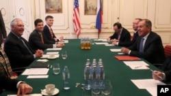 ທ່ານເຣັກສ໌ ທິລເລີສັນ (Rex Tillerson) ລັດຖະມົນຕີກະຊວງການຕ່າງປະເທດສະຫະລັດ (ຊ້າຍ) ໂອ້ລົມກັບທ່ານ ເຊີເກ ລາວຣອບ (Sergei Lavrov) ລັດຖະມົນຕີກະຊວງການຕ່າງປະເທດຣັດເຊຍ ຢູ່ກອງປະຊຸມລັດຖະມົນຕີ ກະຊວງການຕ່າງປະເທດ OSCE ທີ່ນະຄອນວຽນນາ, ປະເທດອັອສເຕຣຍ (Austria) ໃນວັນທີ 7 ທັນວາ, 2017