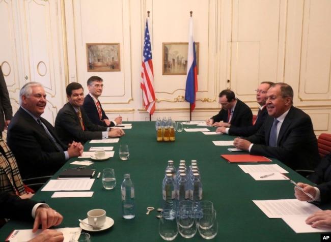 El secretario de Estado Rex Tillerson (izquierda) habla con su contraparte ruso Sergey Lavrov en la reunión de ministros de la OSCE en Vienna, Austria. Dic. 7, 2017