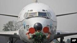 Un avión de la Fuerza Aérea malaya, se prepara para despegar de Kuala Lumpur, en busca del avión perdido.